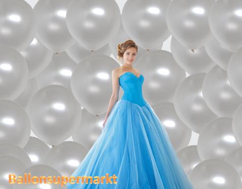 Perlweiße große Ballons zur Hochzeit. Hochzeitsfoto mit der Braut